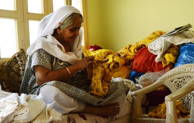 Kutch women making bandhani